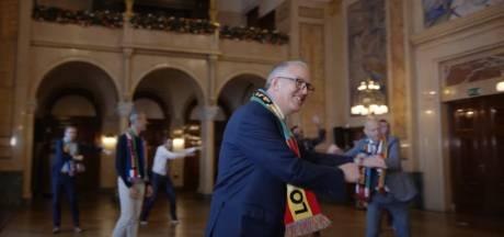 Aanstekelijk dansende burgemeester Aboutaleb: samen met wethouders schudt hij heupen los voor songfestival