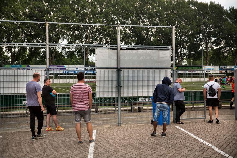 Ouders moeten bij de training door corona nu achter het hek blijven, ook op sportpark De Bongerd bij VV Barendrecht.  Beeld Arie Kievit