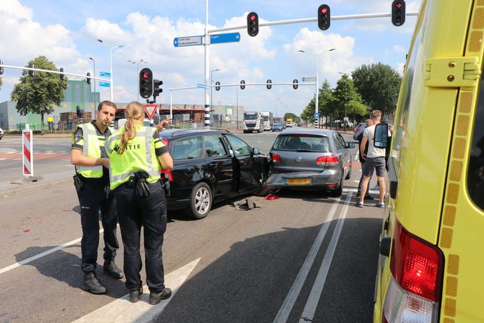 De auto kon niet op tijd remmen voor het stoplicht.