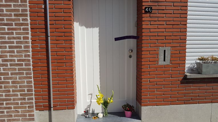 Bloemen aan het rijhuis in de Lukerstraat in Turnhout, waar Kiana D.H. (13) met haar moeder Riki H. woonde.