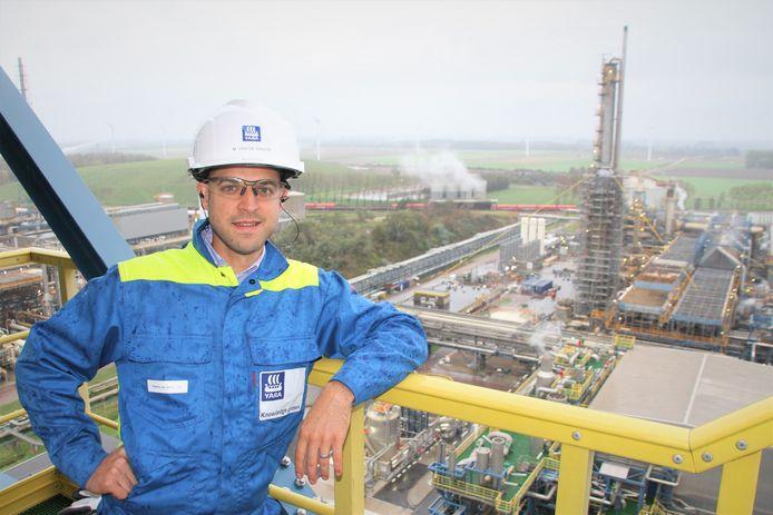 Maarten Van de Ginste, onderhoudsstop-manager Yara Sluiskil, met op de achtergrond de ammoniakfabriek die onderhanden wordt genomen.