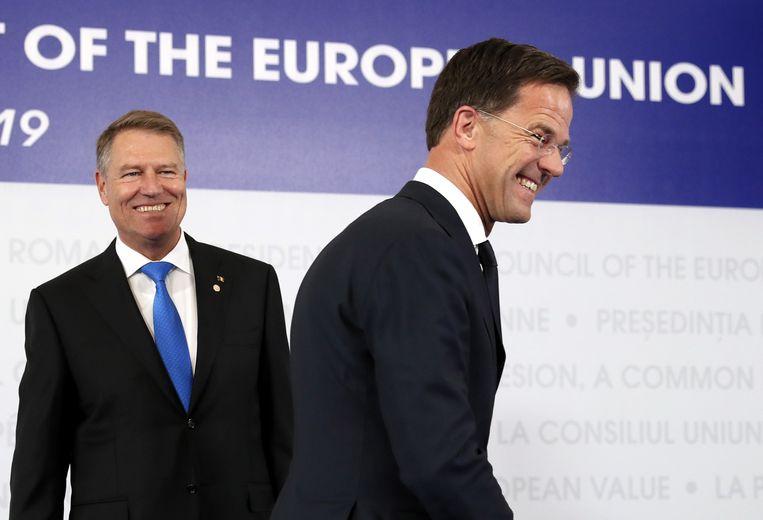 Premier Mark Rutte bij de Roemeense president Klaus Iohannis bij de aanvang van de informele top in Sibiu.  Beeld EPA