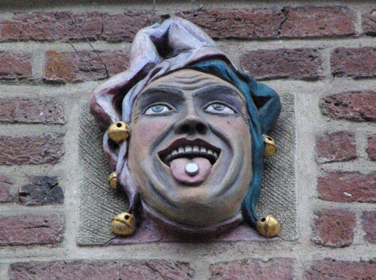 De beelden van hoofden, vaak met uitgestoken tong om een pil in te nemen, waren lang het uithangbord van apotheken. Beeld ANP