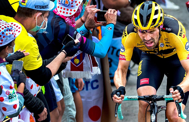 Dumoulin op weg naar de top van Col de Marie Blanque in de negende etappe van de Tour de France vorig jaar. Beeld Klaas Jan van der Weij / de Volkskrant