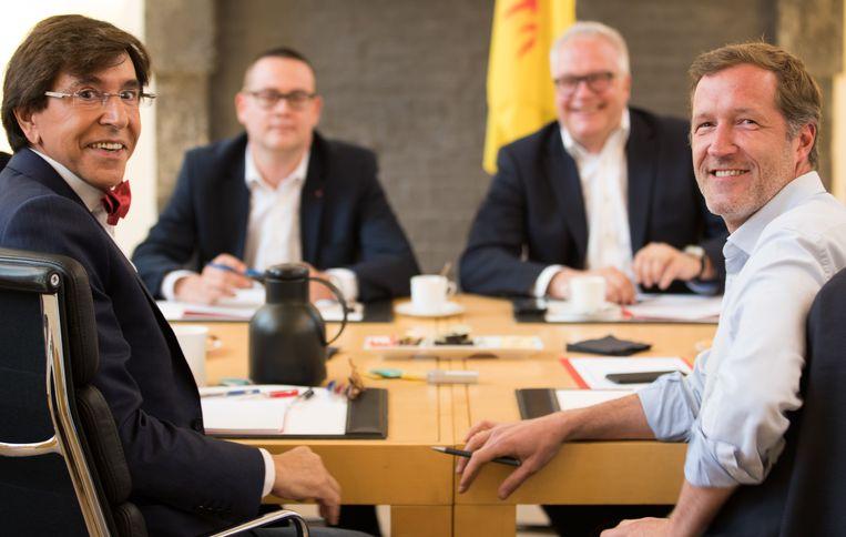 Elio Di Rupo (PS), Raoul Hedebouw (PVDA - PTB), Peter Mertens (PVDA - PTB) en Paul Magnette(PS) tijdens de onderhandelingen vorige week. Beeld BELGA