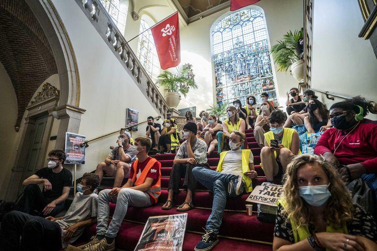 Deelnemers aan de protestmars S.O.S.(Shelter Our Students) dringen het academiegebouw van de Rijksuniversiteit Groningen binnen. Het initiatief van verschillende studenten en activistische organisaties koppelt dakloze studenten aan Groningers die een slaapplek over hebben. Ze hopen zo te voorkomen dat mensen op straat moeten slapen.  Beeld ANP