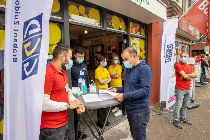 EINDHOVEN - Cuma Yasar, met blauw vest, kwam voor zijn tweede vaccinatie naar de pop-up locatie van de GGD