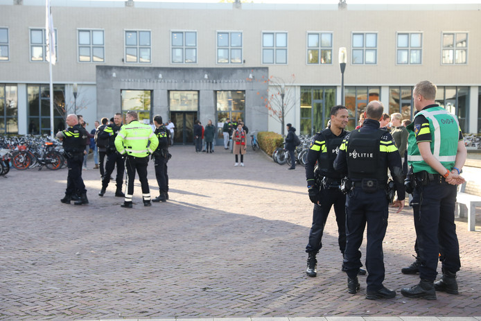 De politie is ter plekke op de TU Delft. Er zou mogelijk een gewapende man in een van de gebouwen zijn.