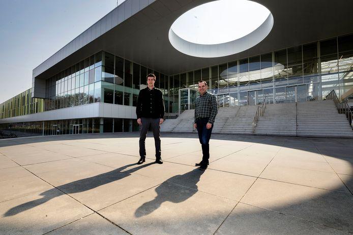 Op verzoek van Brainport introduceert Summa College een nieuwe mbo-opleiding: de technicus Smart Industry. Begeleiders zijn Sim Leys (links) van ASML en Menno van Gennip, docent bij Summa.