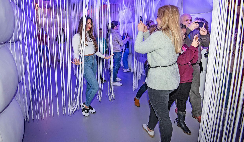 Jongeren fotograferen zichzelf in de installaties van popupmuseum Wondr in Amsterdam.  Beeld Guus Dubbelman / de Volkskrant