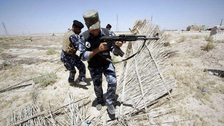 Iraakse soldaten patrouilleren in het grensgebied tussen Irak en Saoedi-Arabië. Beeld epa