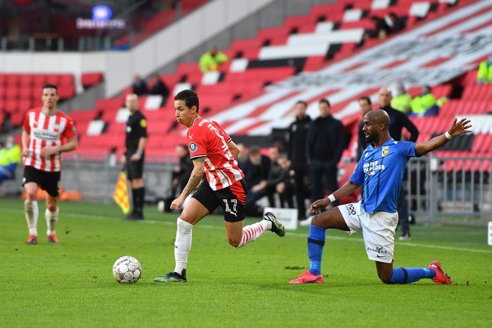 Mauro Júnior in duel met Vitesse, hier met Eli Dasa.
