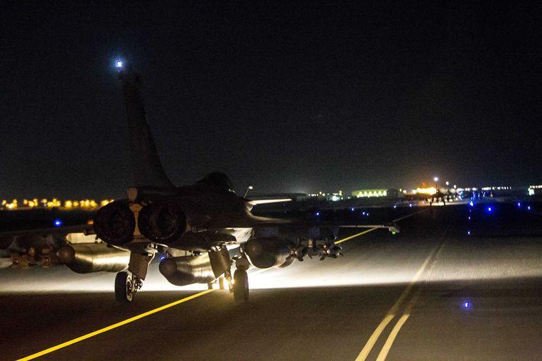 Een Frans gevechtsvliegtuig vertrekt vanaf een militaire basis in Jordanië. (Datum onbekend) Beeld epa