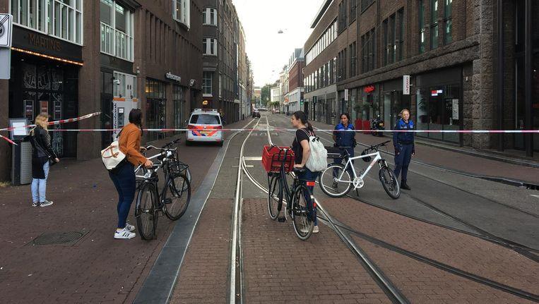 De Amstelstraat was afgezet vanwege een handgranaat Beeld Jari Goedegebuure
