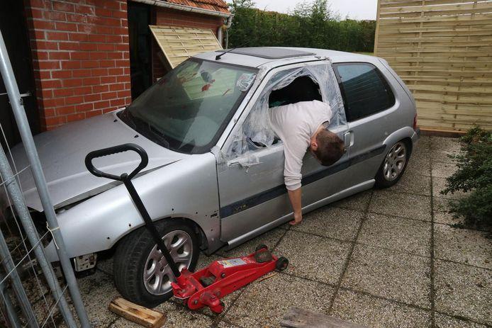 In de tuin staat dan weer een auto waar een lijk uit het raam hangt.