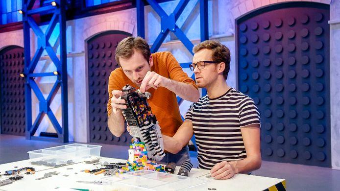 Roy Franssen (rechts) uit Bergen op Zoom en Thomas Goelen in aflevering 3 van LEGO Masters.