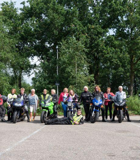 Motorrijdster Annemieke leidt deze toertocht en ze is écht niet de enige vrouw vandaag: 'Wij zijn niet van suiker'
