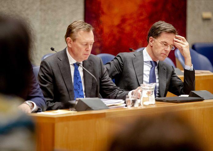 Minister Bruno Bruins (Medische Zorg en Sport) en premier Mark Rutte tijdens het vorige debat in de Tweede Kamer over de bestrijding van het coronavirus