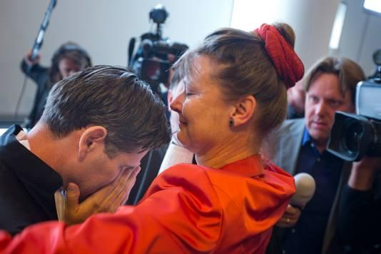 Urgenda-directeur Marjan Minnesma omhelst advocaat Roger Cox