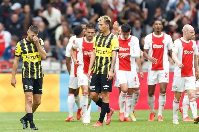 Vitesse-aanvoerder Matus Bero en verdediger Dominik Oroz na weer een Ajax-doelpung
