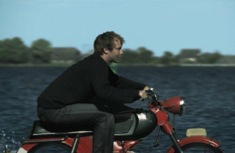 Still uit de korte film Brommer op Zee van Diede van Vree, naar het verhaal van Maarten van Biesheuvel. Donderdag kondigden de VPRO en het Belgische Canvas de komst van een nieuw boekenprogramma aan, dat Brommer op zee gaat  heten. Beeld