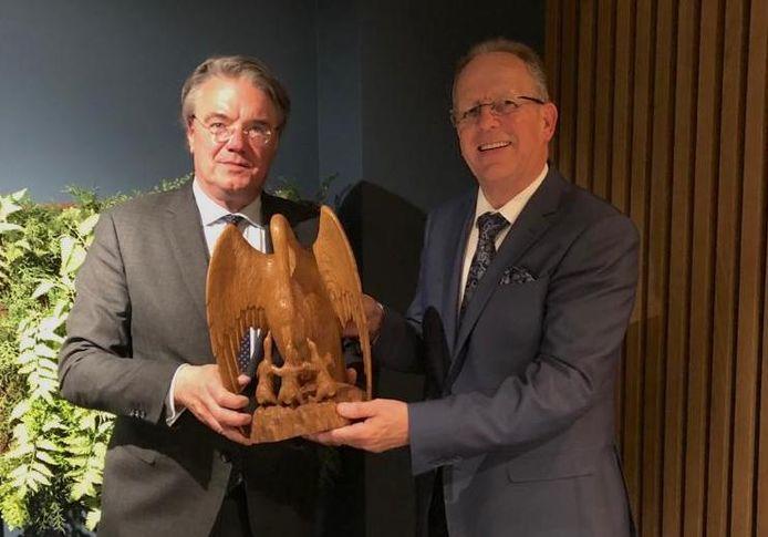 Wim van de Donk en burgemeester Paul Verhoeven met de nieuwe gemeentelijke onderscheiding de Pelikaan.
