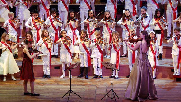 Violiste Janine Jansen (R) treed op, samen met 125 violistjes, na het winnen van de Concertgebouw Prijs tijdens de officiële start van het jubileumjaar. Dit jaar bestaat het Concertgebouw 125 jaar. Beeld ANP