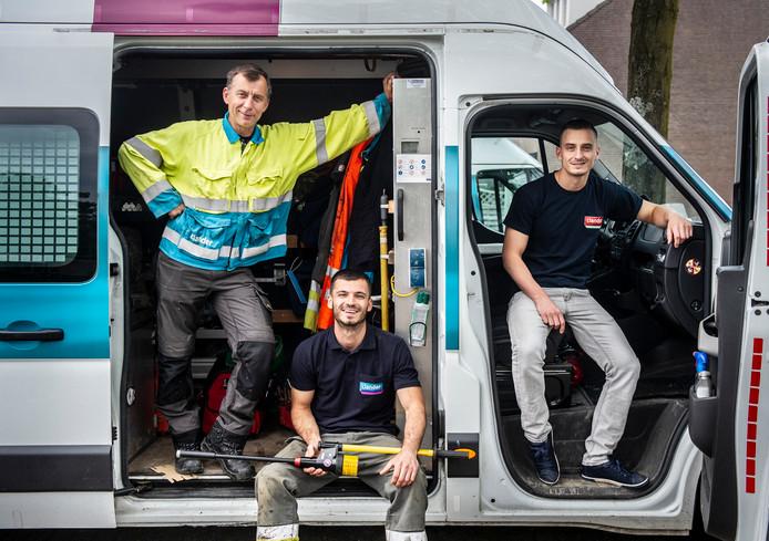 Seid Becic met zijn zonen Saba en Refik. Hij bracht Refik (rechts) binnen bij het bedrijf waar hij werkt, Alliander. Daarvoor kreeg hij 2000 euro. Foto Koen Verheijden.