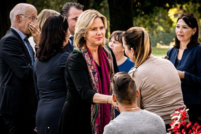 Minister Cora van Nieuwenhuizen bij de onthulling van het herdenkingsmonument voor de kinderen die overleden bij het Stint-ongeluk.