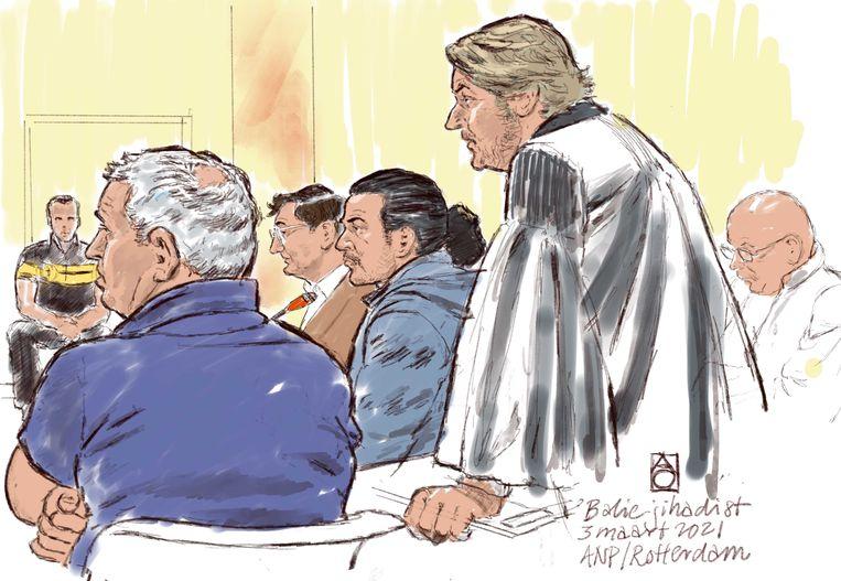 Rechtbanktekening van verdachten Fatah A. en 'Balie-jihadist' Aziz A. en advocaten Bart Nooitgedagt en Peter Plasman in de extra beveiligde rechtbank. De broers worden verdacht van deelname aan een terroristische organisatie. Ook wordt Aziz verdacht van het medeplegen van negentien moorden in Syrie.  Beeld ANP