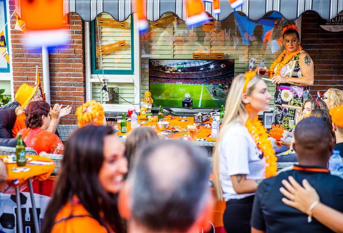 13-06-2021, Dordrecht - Oranjefans in Dordrecht kijken de EK wedstrijd Oranje - Oekraïne in hun voortuin op een tv scherm. Ek voetbal op tv in voortuin met mooi weer.