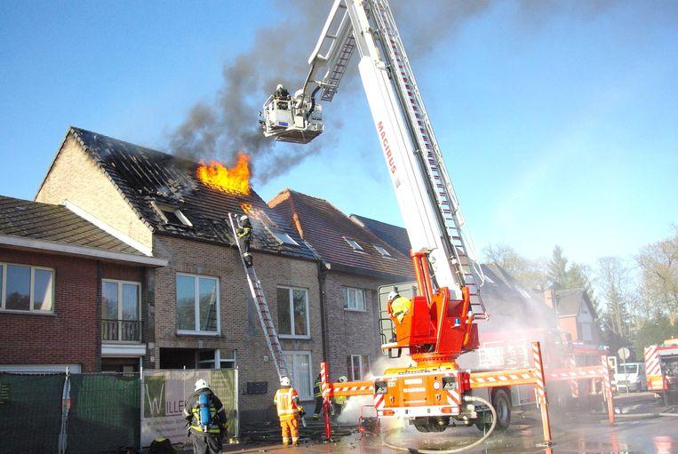 De brand vernielde drie appartementen.
