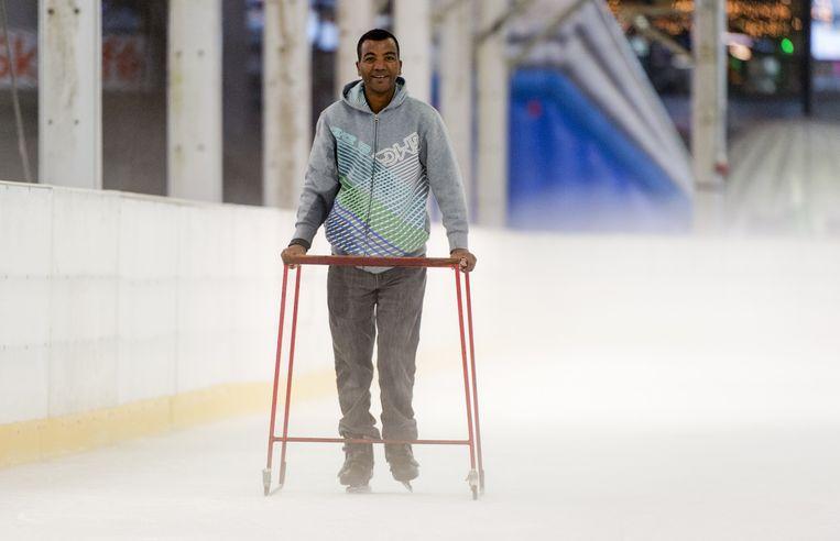 Asielzoekers nemen deel aan een Hollandse Koek-en-Zopie schaatsmiddag in De Uithof. Beeld anp