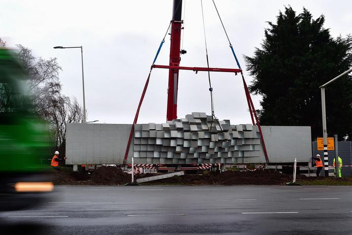 Kunstwerk 'Tussenstop' langs de Randweg-Noord in Bergen op Zoom, op de kop van de Halsterseweg, is van zijn staanders getild en komt 30 centimeter hoger te staan, gelijk met de gewone geluidsschermen langs het traject.