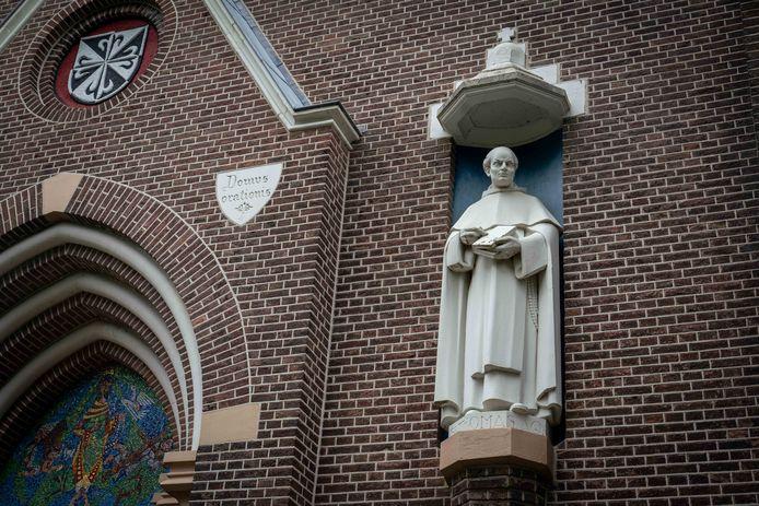 Het beeld van Thomas van Aquino in de Kloosterlaan in Huissen.