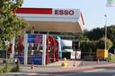 De Steenweg in Waardenburg is afgezet vanwege de vondst van een verdacht voorwerp in een auto bij de Esso.