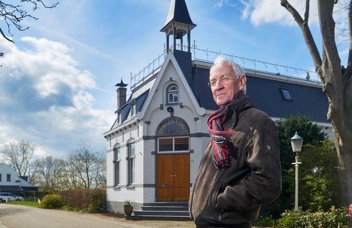 Nol Steenbruggen (75) heeft een boek geschreven over de geschiedenis van het door hem zo geliefde dorp Maren. Hij staat hier voor het oude gemeentehuis op de Marense Dijk.