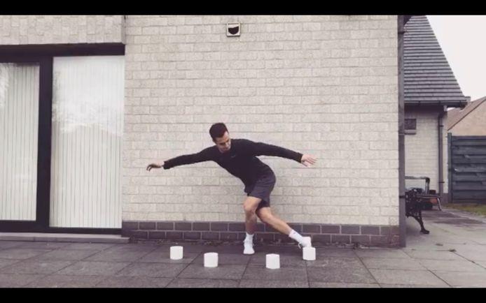 Creatief met gehamsterd materiaal - personal trainer Karel Herman doet turnoefeningen voor met wc-papier, flessen water en pak rijst
