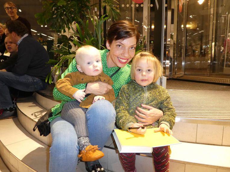 Partner Marleen Kranstauber met hun kinderen Lloyd (bijna 1) en Edie (3), het happy end. Lex: 'Het boek eindigt zoetsappig.' Beeld Schuim