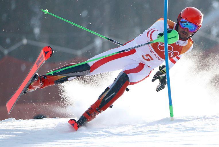► De Oostenrijker Marcel Hirscher raakt even uit balans tijdens de slalom in Yongpyong, Zuid-Korea. Beeld Photo News