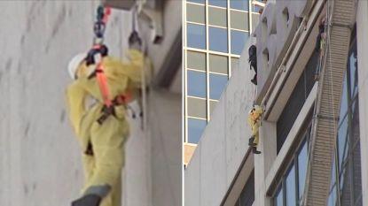 Gevaarlijk: bouwvakkers hangen halfuur aan 17de verdieping van gebouw nadat steiger valt