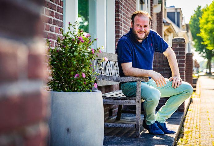 Guido den Hartog voor zijn woning aan de Oostdijk in Oud-Beijerland.