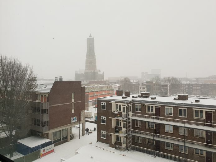 Eusebiuskerk in Arnhem verdwijnt langzaam uit beeld door het winterweer