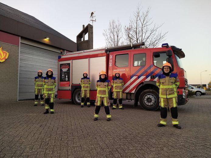 De jeugdbrandweer van Midden- en West-Brabant heeft nieuwe bluspakken in ontvangst genomen. op de foto de jeugdbrandweer van Moerdijk die de pakken direct heeft aangetrokken.