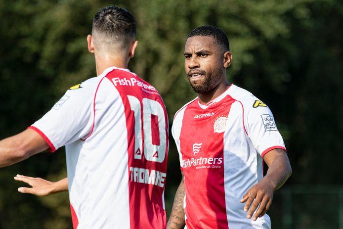 Rydell Poepon (rechts) feliciteert Khalid Tadmine na diens 0-1 tegen Koninklijke HFC.