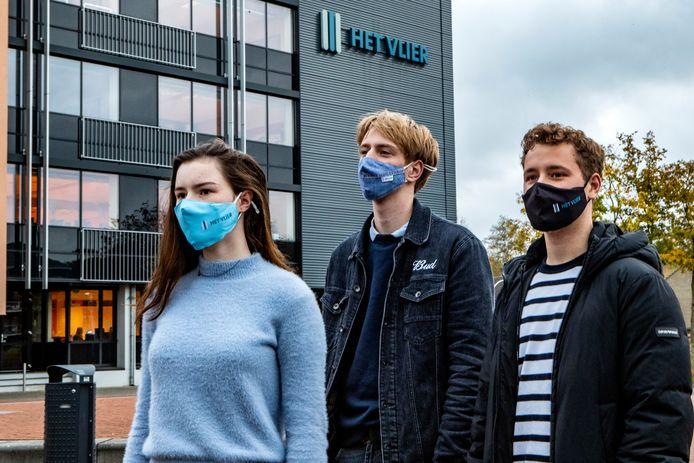 Meike Bakkeren, Sikko Oegema en Casper Mus moeten verplicht een mondkapje dragen bij Het Vlier in Deventer.