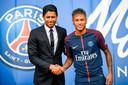 Neymar met Nasser Al-Khelaifi bij zijn voorstelling bij PSG.