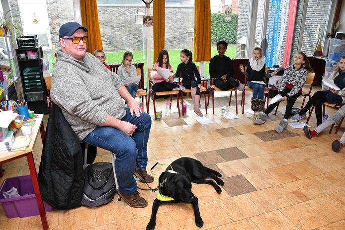 Kris Vangramberen uit Tienen kwam met zijn blindengeleidehond Sella op bezoek in de klas van het vierde leerjaar.