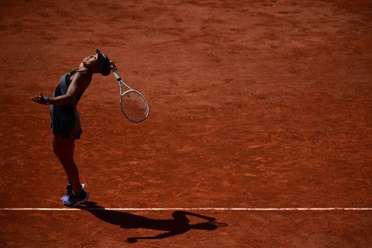 De Japanse Naomi Osaka serveert in de eerste ronde van Roland Garros. Nadien zal ze het toernooi verlaten. Beeld AFP