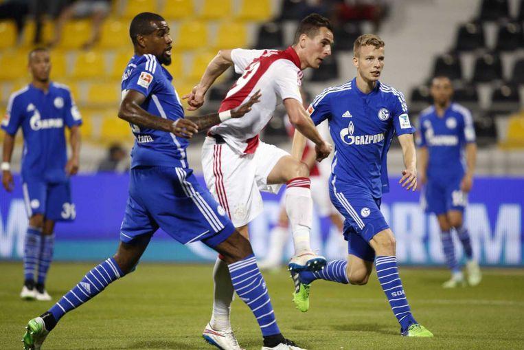 Ajax-speler Arek Milik haalt uit voor de 1-0 tijdens de oefenwedstrijd tegen Schalke 04 Beeld anp